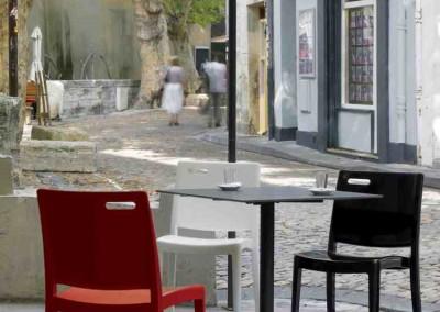 siège et table terrasse de café
